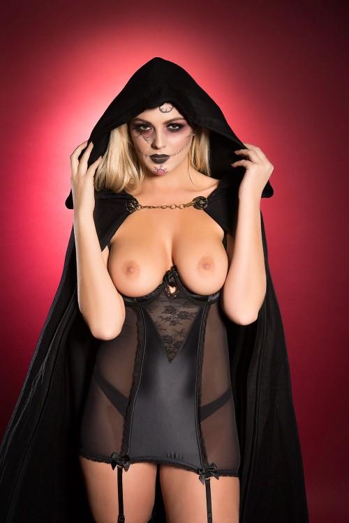 Danielle-Sellers-Halloween-Treat-31st-October-2016-2.jpg