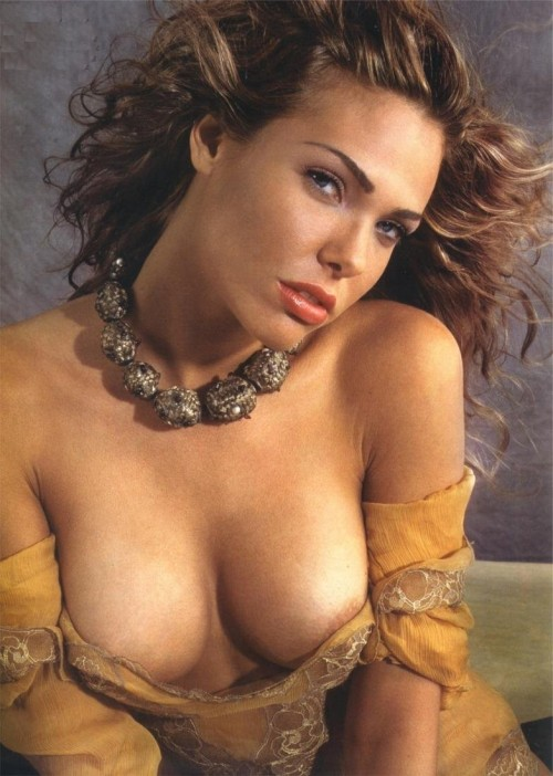 Ilary-Blasi-Nude-Pictures-15.md.jpg
