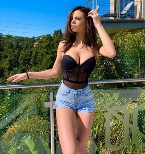 Katie-Bell-Bursting-boobs-1.jpg