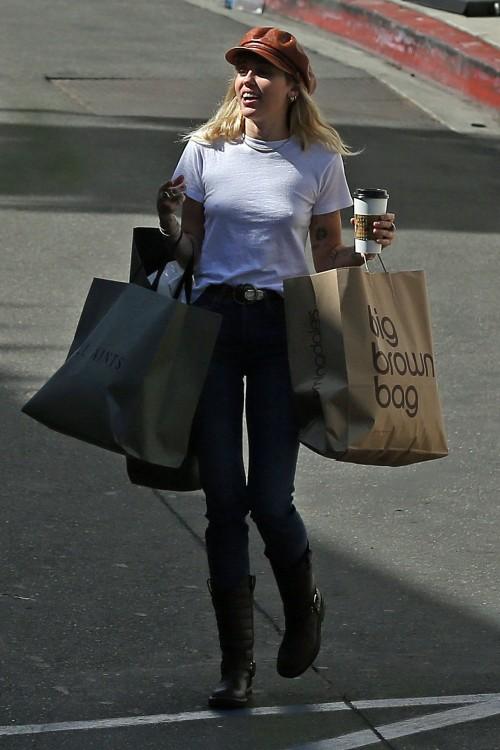 Miley-Cyrus-Braless-Pokies-in-White-T.Shirt-3-1.md.jpg