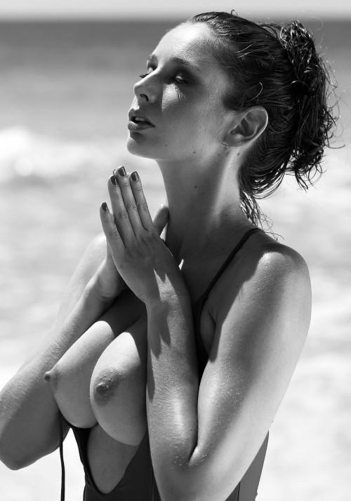 Emily-Agnes-Poses-Naked-for-Ana-Dias-Photo-Shoot-8.md.jpg