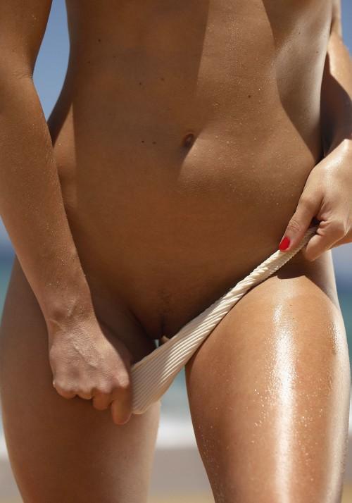 Emily-Agnes-Poses-Naked-for-Ana-Dias-Photo-Shoot-9.md.jpg