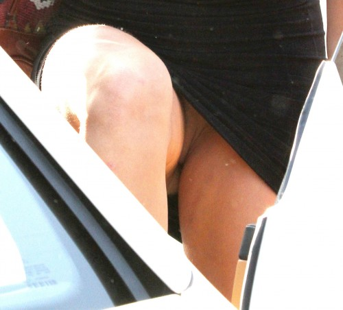 Miley-Cyrus-Shaved-Pussy-Upskirt-2.md.jpg