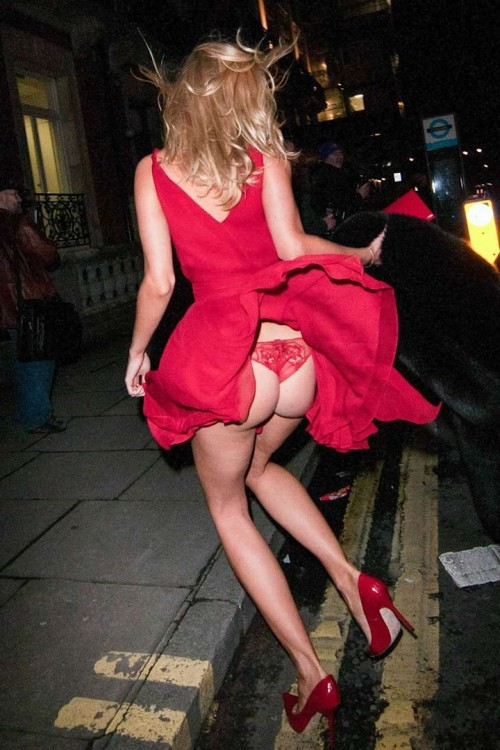 Kimberley-Garner-Wardrobe-Malfuctions-Boob-slip-and-Upskirt-ass-flash-5.md.jpg