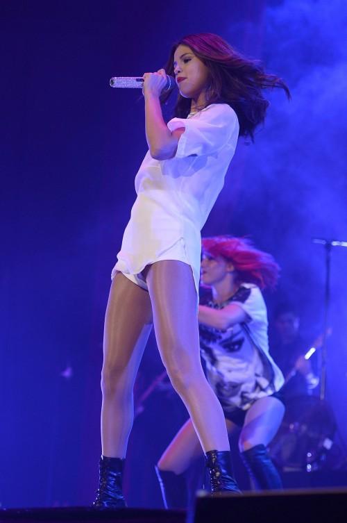 Selena-Gomez-Upskirt-On-Stage-2.md.jpg