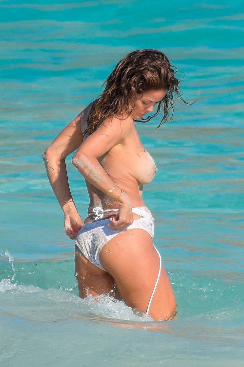 Brooke-Burke-Caught-Topless-10.md.jpg