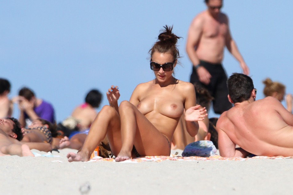 Rosie-Jones-Topless-Candids-5.jpg