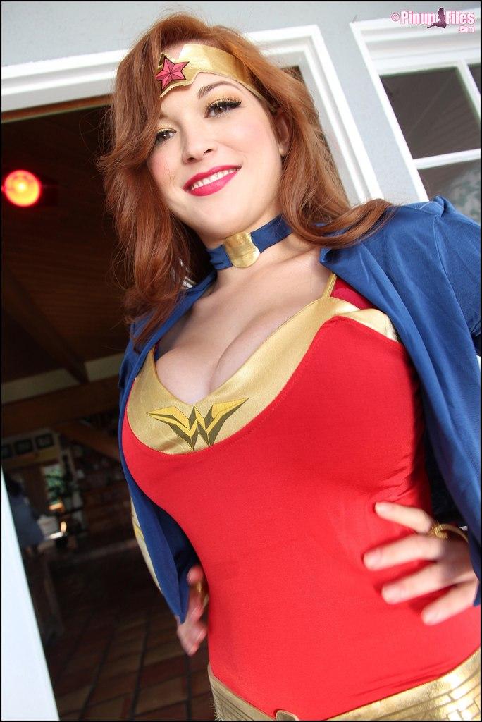 Tessa Fowler Wonder Woman topless (10) - Nude Celebs