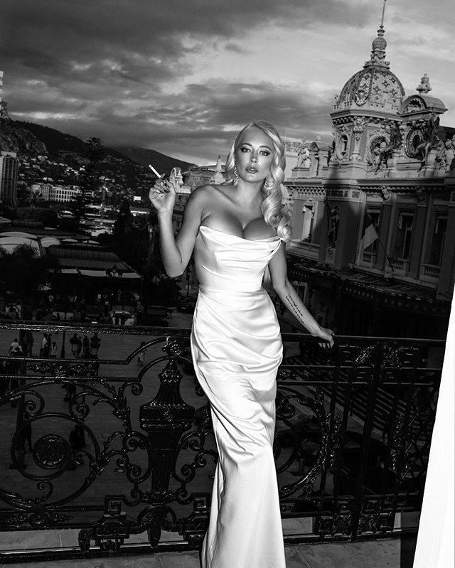 Caroline-Vreeland-Stunning-Cleavage-In-White-Dress-6.jpg