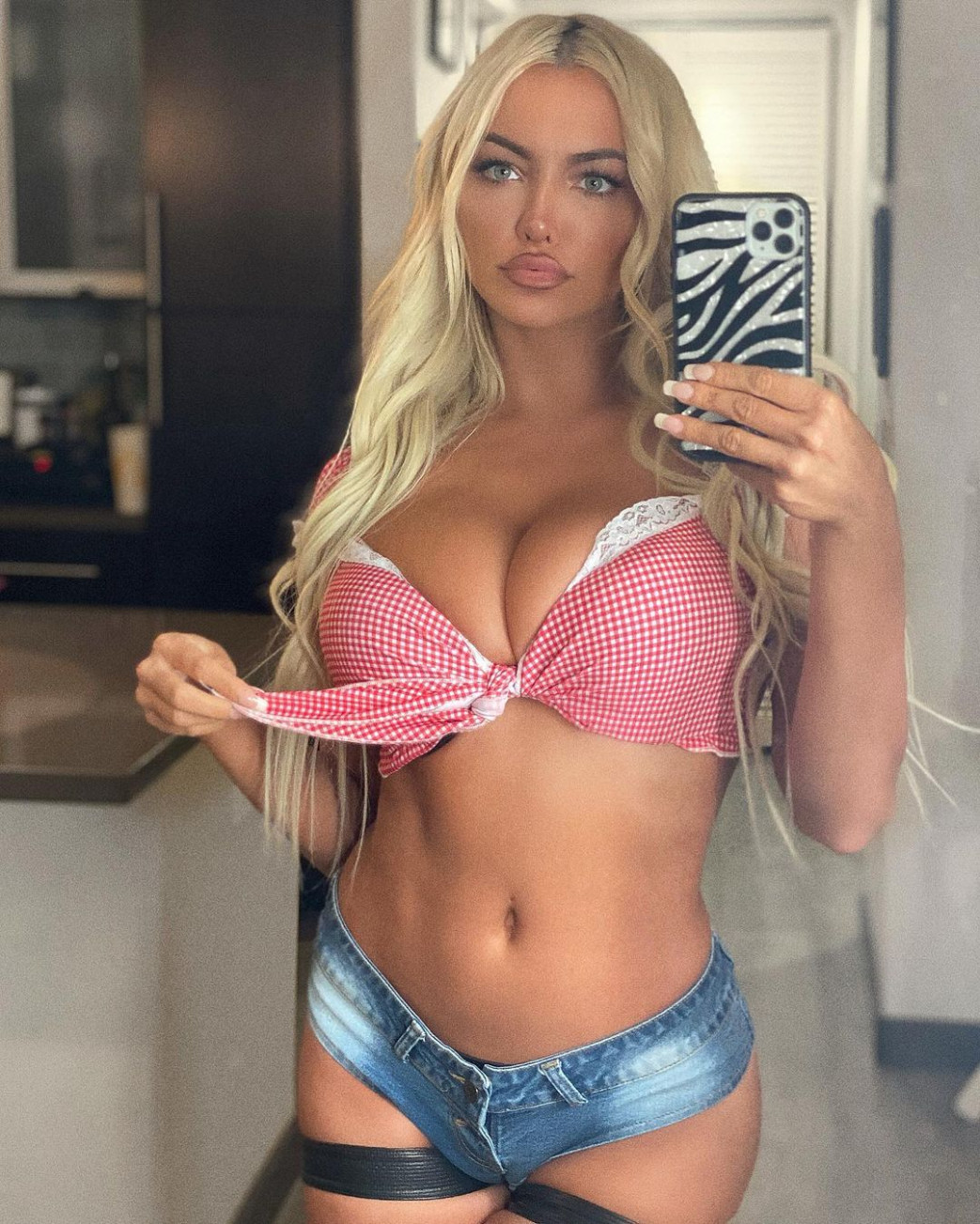 Lindsey-Pelas-Cleavage-In-Pink-Braa-and-Daisy-Dukes-1.jpg
