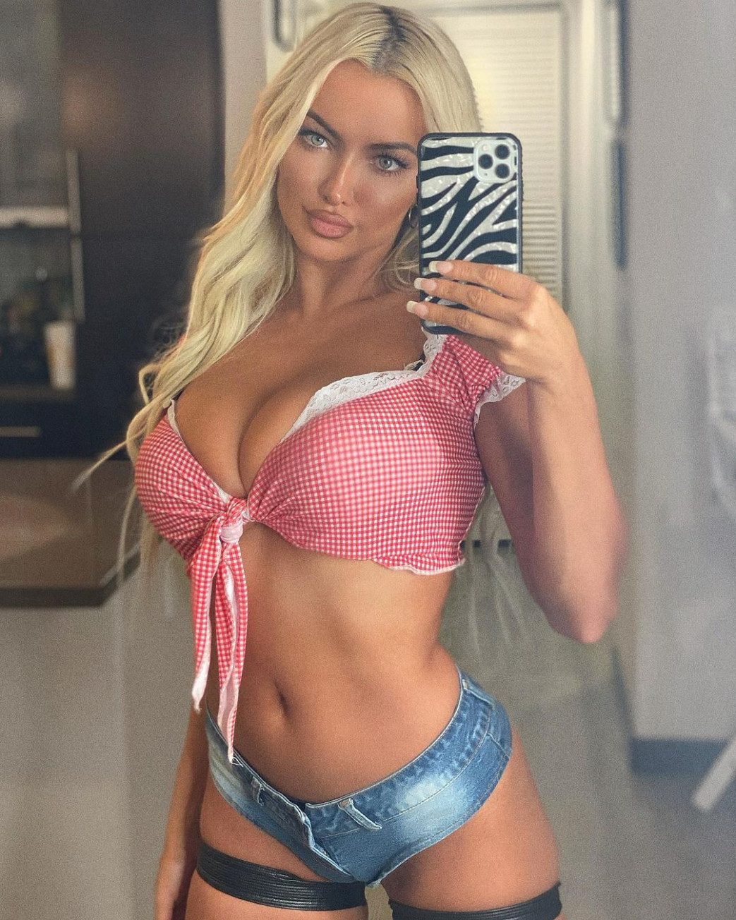 Lindsey-Pelas-Cleavage-In-Pink-Braa-and-Daisy-Dukes-2.jpg