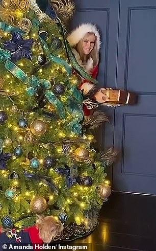 Amanda Holden as Santa Scteencaps (3)