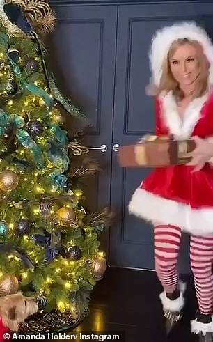 Amanda-Holden-as-Santa-Scteencaps-4.jpg