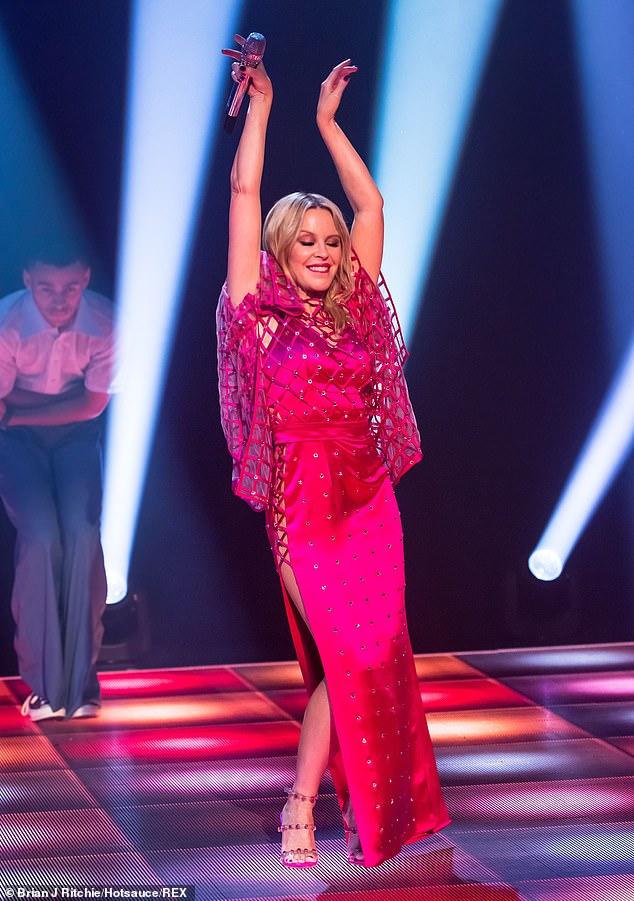 Kylie-Minogue-Jonathan-Ross-Show-Sexy-performance-15.jpg